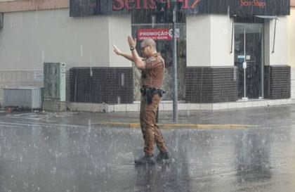 policial-chuva-uniaodavitoria