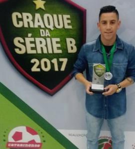 Bruninho, com a premiação. (Foto: Reprodução).