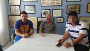 Na foto, o treinador Adriano Kanaã, o presidente Cícero Moreira Gomes (Xirú) e o supervisor Play de Freitas