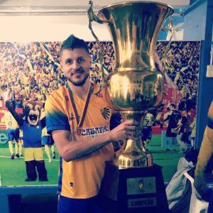Adriano Lara, com o troféu