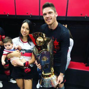 Maurício com a esposa e filho. (Foto: Reprodução).