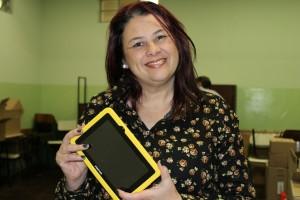 Diretora Sheila Peçanha Bona, da escola Pedro Stelmachuk, vê no equipamento a agilidade de acesso aos conteúdos