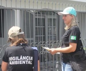 Em Porto União agentes da Vigilância Ambiental percorrem casas em busca de possíveis criadouros. Somente nesta semana foram oito quarteirões vistoriados (Bruna Kobus/Jornal O Comércio)