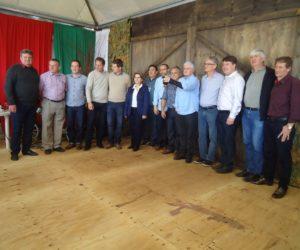 Prefeitos da região em foto oficial durante a Festa do Vinho
