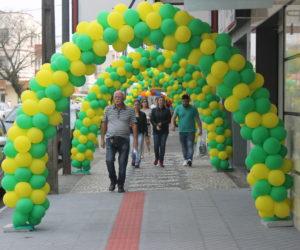 Arcos verde e amarelo estão espalhados no Vale do Iguaçu: onde tem o símbolo, tem promoção