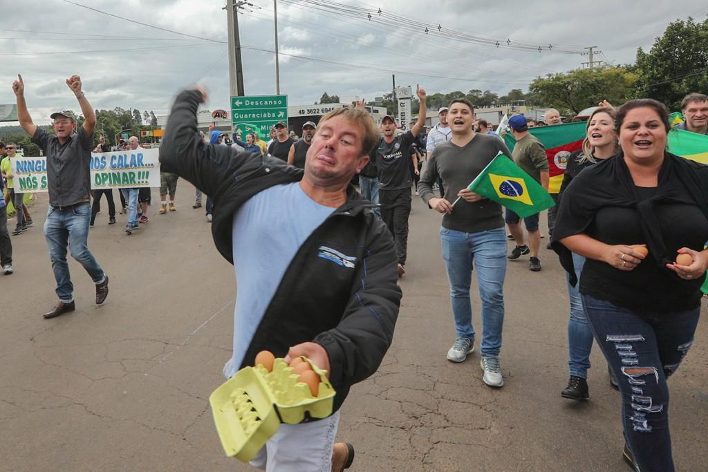 Resultado de imagem para lula protestos caravana sul