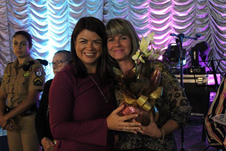 Carla Wilhelms (à direita) com a primeira dama Ana Cláudia Roveda. (Foto: Assessoria).