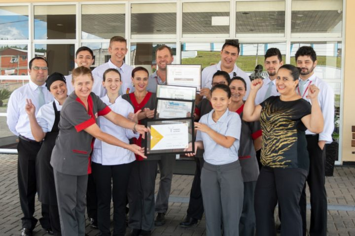 Equipe comemora a conquista: Hotel 10 recebe título pela quarta vez. (Foto: Divulgação).