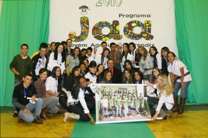 Formatura das turmas do programa Jovem Agricultor Aprendiz (JAA) – Módulo Gestão do Agronegócio, em Quinta do Sol-PR. (Foto: Reprodução).