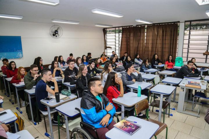 O secretário de Educação Renato Feder em visita na Escola Estadual São Cristóvão no início do ano letivo (Foto: Geraldo Bubniak/ANPr).