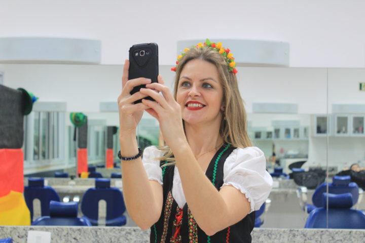 """Silmara Schneing é de Cruz Machado, participou como modelo e se vestiu como alemã, para o PI de quem a convidou: """"me sinto maravilhosa!"""""""