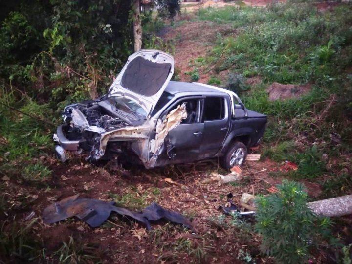 Os cinco ocupantes da caminhonete ficaram feridos (Fotos: Divulgação/PRF).