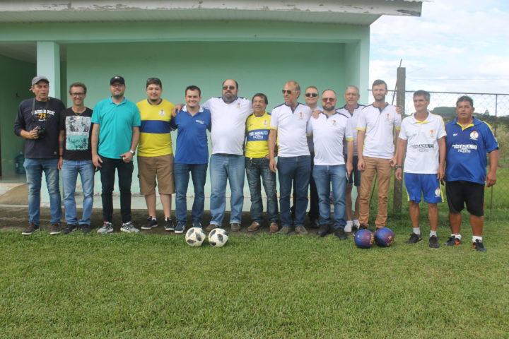 Mica (à direita) com a diretoria do Iguaçu. (Foto: Ricardo Silveira).