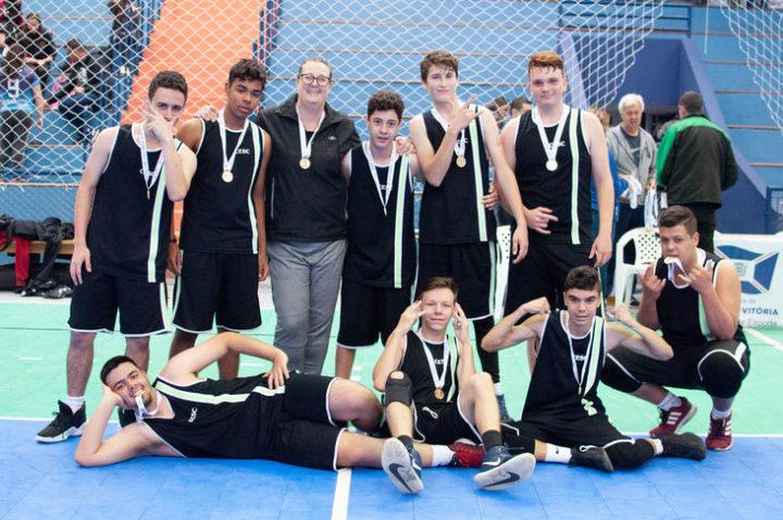 Equipe da categoria de 12 a 14 anos do CE São Cristóvão, de União da Vitória, campeões do basquete na fase regional dos 66º JEPS. Foto: Amanda Iargas/SEET.