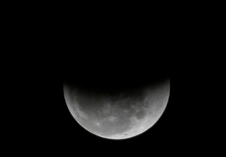 Eclipse parcial na lua em 2018, no céu do Rio de Janeiro (Foto: Marcos Serra Lima/G1).