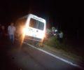 Uma van com dez passageiros se envolveu na colisão (Fotos: Reprodução/Radio Studio W).