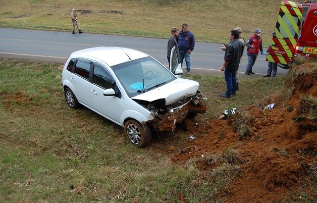 Condutora perdeu o controle e colidiu com um barranco (Fotos: Reprodução/Caçador Online).