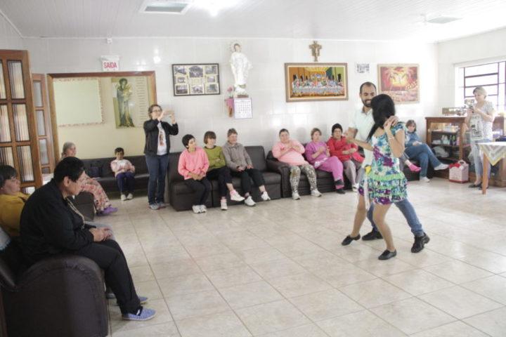 Apresentação realizada pelo projeto em 2018 na Associação Casa de Apoio Santa Clara (Foto: Divulgação/Assessoria).
