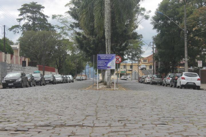 Hoje, rua é de paralelepípedo e com canteiros centrais (Foto: Arquivo/JOC).