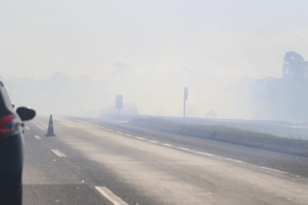 Tráfego foi interrompido entre Curitiba e São José dos Pinhais (Foto: Franklin de Freitas).