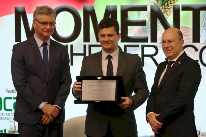 Presidente do TJSC, desembargador Rodrigo Collaço e o presidente da Acaert, Marcello Corrêa Petrelli, entregam um placa ao Ministro Sergio Moro