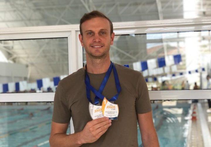 Vinicius Brautigam com as medalhas da natação