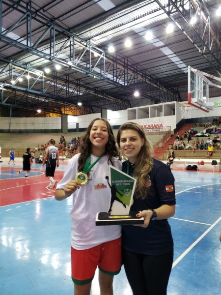 Atleta Bruna Letícia Schuster e Uná Manfredini