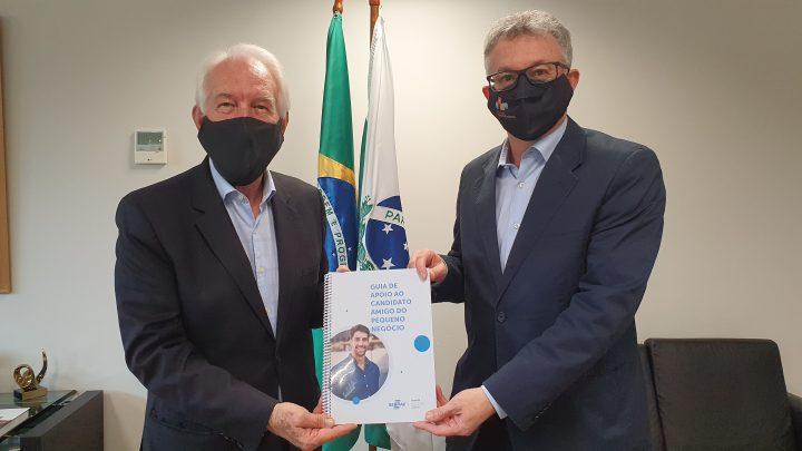 Darci Piana recebe o Guia do diretor-superintendente do Sebrae/PR, Vitor Roberto Tioqueta. (Foto: Divulgação).