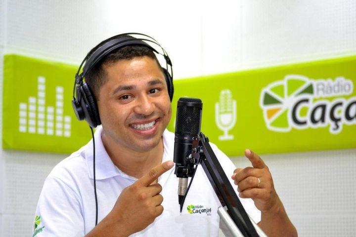 Radialista André Alves, no estúdio da rádio Calanjurê. (Foto: Reprodução).