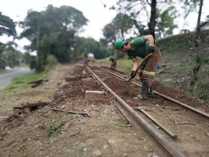 Limpeza dos trilhos no início do trajeto de Porto União a localidade do Stengel