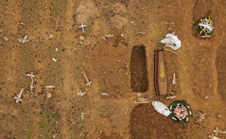 Sepultamento de vítima da covid-19 no Cemitério São Francisco Xavier, na zona portuária do Rio de Janeiro. (Foto: WILTON JUNIOR/ESTADÃO).