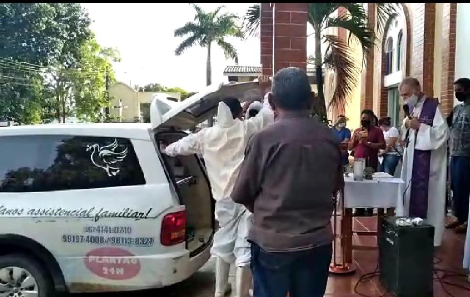 Através de vídeo chamada os padres mostraram a benção antes do enterro. Minha tia não pôde dar o último adeus e tampouco velar o próprio filho