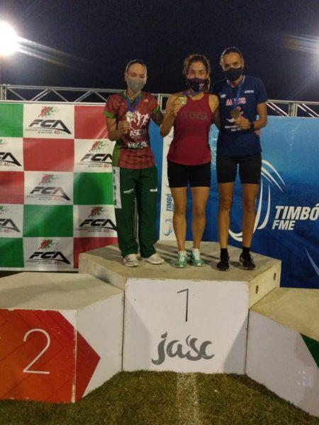 Elisangela Oliveira (ao centro) no pódio dos 10 mil metros