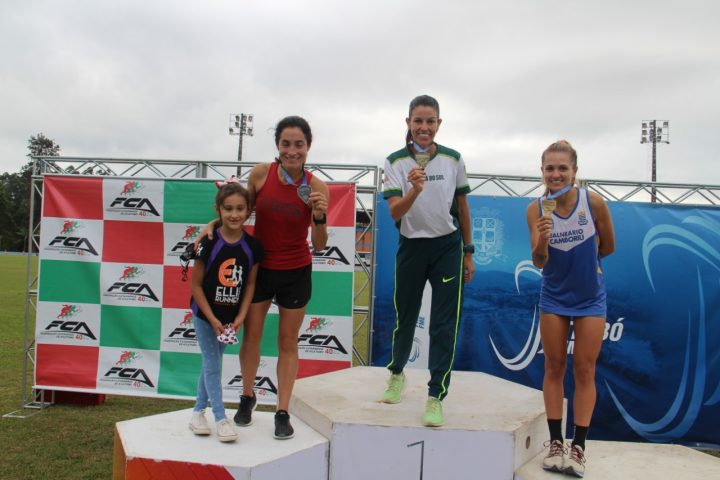 Elisangela Oliveira (a esquerda) no pódio dos 5 mil metros