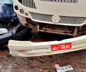 imagem da frente do ônibus e do carros após batida